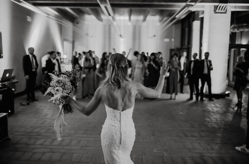 Tradizioni da matrimonio: il lancio del bouquet tra storia e tradizioni